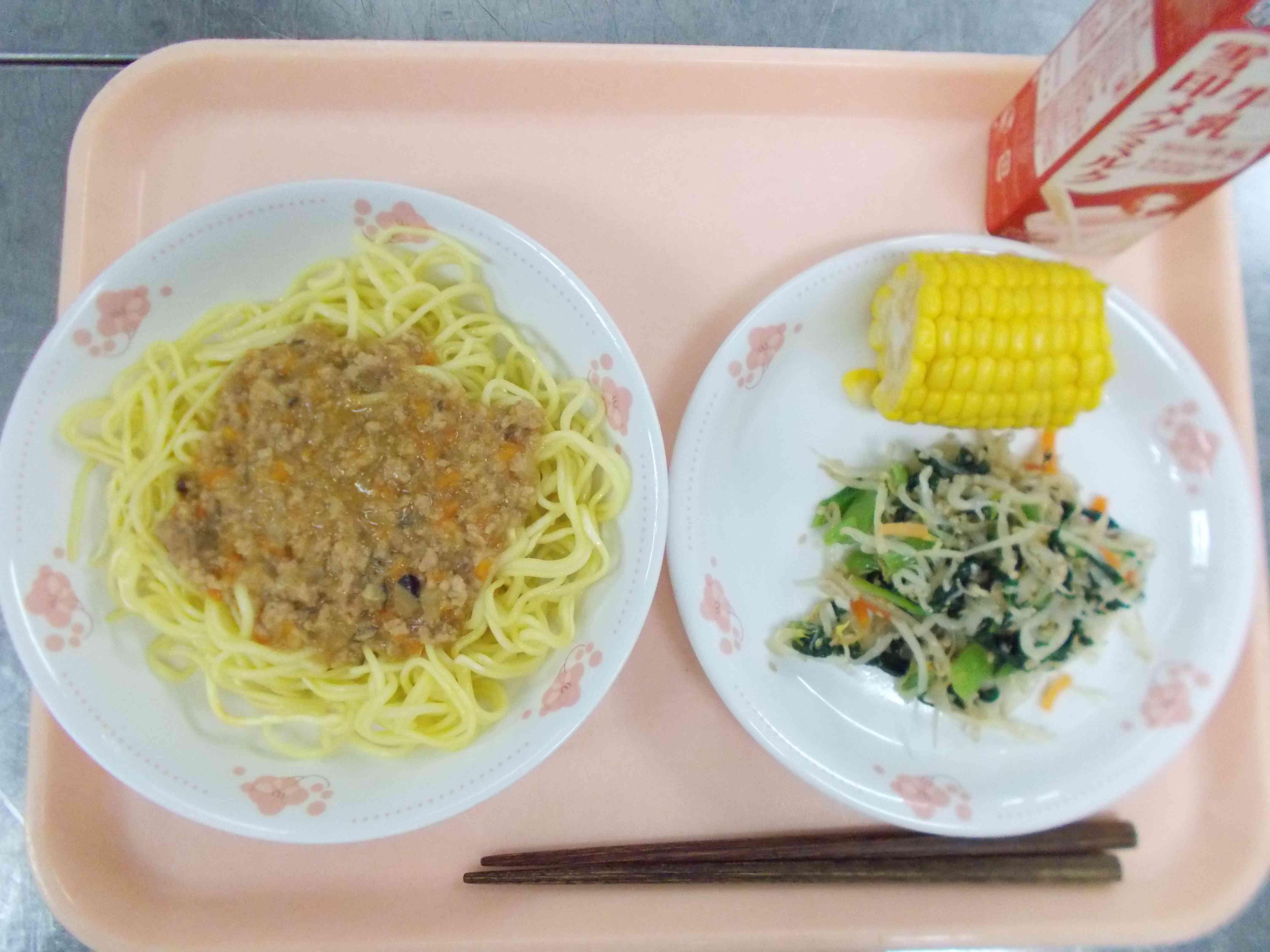 7月4日(とうもろこし皮むき)の給食.JPG